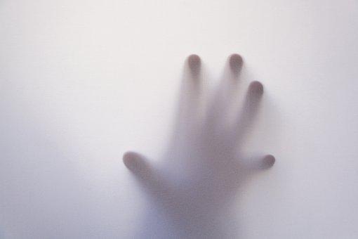 すりガラスの向こうに透けて見えるホラーチックな幼児の手