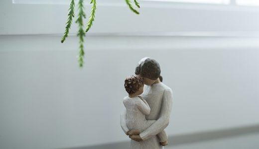 幼い子どもを抱っこする母親の人形