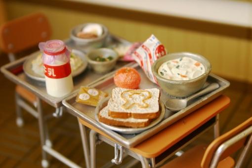 小学校の教室の机に給食が載っているミニチュアの画像