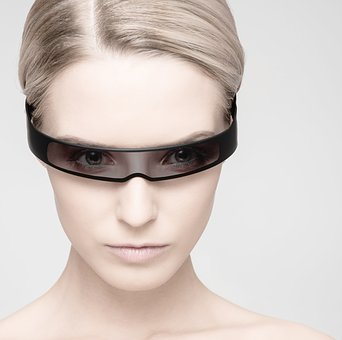 近未来的な黒眼鏡をかけたアンドロイド風の女性の顔