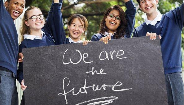 we are the futureと書かれた黒板を手に持ちながら手を振る制服姿の様々な人種の学生5人