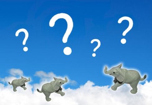青空に浮かんだ白い雲の上で遊ぶクエスチョンマークと子象