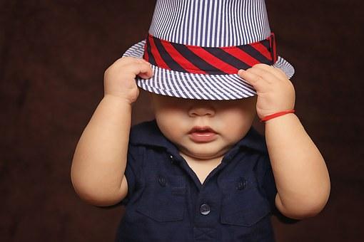 紳士的なハットを深くかぶったダンディな様子に見える幼児