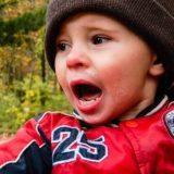 大きな口を開けて泣く2歳くらいの男の子