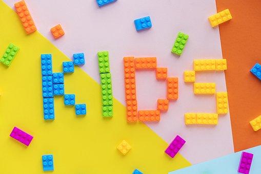 カラフルなブロックでKIDSというアルファベットが表されている